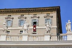 Påve Francis som predikar från den påvliga lägenhetbalkongen, Vatican City Royaltyfri Foto