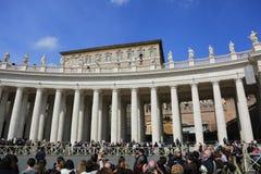 Påve Francis som predikar från den påvliga lägenhetbalkongen, Vatican City Royaltyfri Fotografi