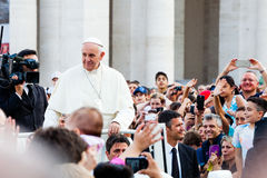 Påve i folkmassan i St Peter Arkivbild