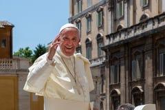 Påven Francis på popemobilen hälsar och välsignar det troget Fotografering för Bildbyråer