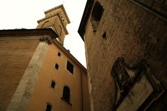 Påvlig inskrift- och tornklocka - Rome royaltyfri fotografi