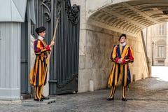 Påvliga schweiziska vakter royaltyfri bild