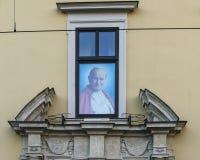Påvligt fönster i Krakow Royaltyfri Bild