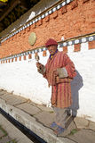 Pèlerin au temple de Jampey Lhakhang, Chhoekhor, Bhutan Images libres de droits