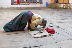 Pèlerin chez le Jakar Dzong, Jakar, Bhutan Photos stock