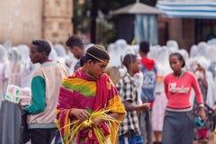 Pèlerin chrétien orthodoxe au culte sur la rue pendant la Pâques image libre de droits