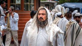 Pèlerin de Hasid sur la rue de ville Uman, Ukraine - 21 septembre 2017 : vacances Rosh Hashanah, nouvelle année juive Images stock
