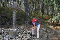 Pèlerin féminin sur le chemin de St James au Portugal Image stock