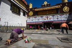 Pèlerinage de temple de Jokhang Photos stock