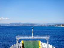 Pèlerinage des croyants en le ferry au mont Athos Beau temps ensoleillé et clair images libres de droits