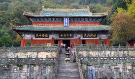 Pèlerins à l'entrée au palais pourpre de nuage - le temple antique est un centre de l'association de Taoist de la montagne de Wud Images stock