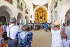 Pèlerins à l'intérieur de l'ermitage de l'EL Rocio, Espagne Photo libre de droits