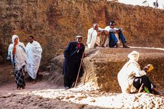 Pèlerins chrétiens dans Lalibela images libres de droits