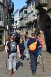 Pèlerins dans les rues de Santiago de Compostela, Espagne images libres de droits