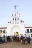 Pèlerins devant l'ermitage en EL Rocio, Espagne Photos stock