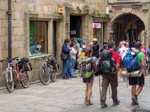 Pèlerins devant le bureau de pèlerin - Santiago de Compostela photo libre de droits