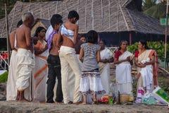 Pèlerins indiens sur la plage de Papanasam Photos stock