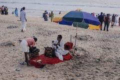 Pèlerins indiens sur la plage de Papanasam Photographie stock libre de droits