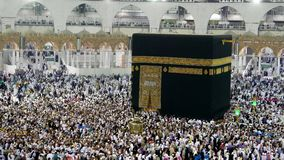 Pèlerins musulmans circumambulating le compteur de Kaabah dans le sens des aiguilles d'une montre banque de vidéos