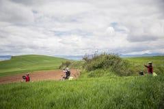 Pèlerins prenant des photos sur la route à Santiago images stock