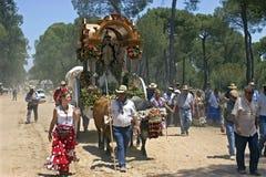 Pèlerins sur le chemin forestier poussiéreux, EL Rocio, Andalousie Photos stock