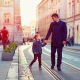 Père à la mode et fils marchant dans la vieille rue de ville Images libres de droits