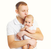 Père affectueux étreignant et embrassant le bébé sur le blanc Images stock