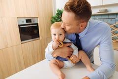 Père affectueux beau embrassant sa fille de bébé Photo stock