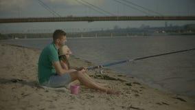 Père affectueux et fille appréciant la pêche de loisirs banque de vidéos