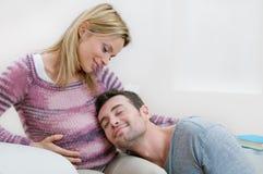 Père affectueux et mère attendant la chéri Image stock