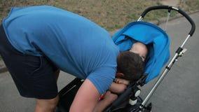 Père affectueux jouant avec le fils d'enfant en bas âge dans la poussette clips vidéos