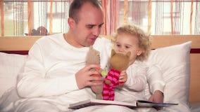 Père affectueux jouant avec sa fille de fille d'enfant en bas âge employant des chats de jouet banque de vidéos