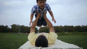 Père affectueux jouant avec son fils asiatique adorable clips vidéos