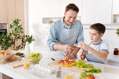 Père affectueux joyeux et son fils faisant cuire ensemble Photos libres de droits