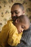 Père affectueux retenant le jeune fils Image stock