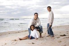 Père afro-américain et deux enfants sur la plage photo libre de droits