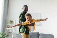 père Afro et fils jouant à la maison image libre de droits