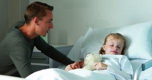 Père agissant l'un sur l'autre avec sa fille malade banque de vidéos