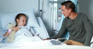 Père agissant l'un sur l'autre avec sa fille malade clips vidéos