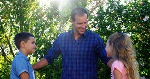 Père agissant l'un sur l'autre avec ses enfants en parc clips vidéos
