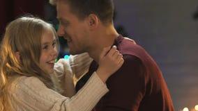 Père aimant admirant peu de fille l'étreignant étroitement, scintillement des lumières banque de vidéos
