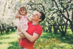 Père appréciant la promenade de ressort avec la fille d'enfant image stock