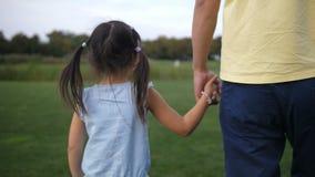 Père asiatique et fille tenant des mains et la marche banque de vidéos