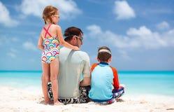 Père avec des enfants à la plage photographie stock