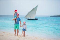 Père avec des enfants des vacances de Noël Les vacances de Noël avec la jeune famille de trois appréciant leur mer se déclenchent Photos libres de droits