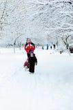 Père avec des enfants marchant en hiver Photos libres de droits