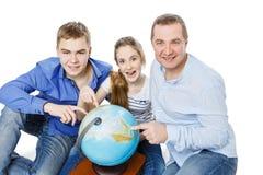 Père avec des enfants regardant le globe de la terre Image stock