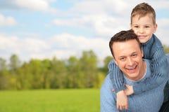 Père avec l'enfant extérieur Photographie stock libre de droits