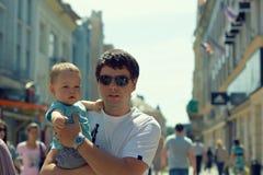 Père avec l'enfant marchant dans la ville Images libres de droits