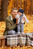 Père avec la petite fille en parc d'automne Photos stock